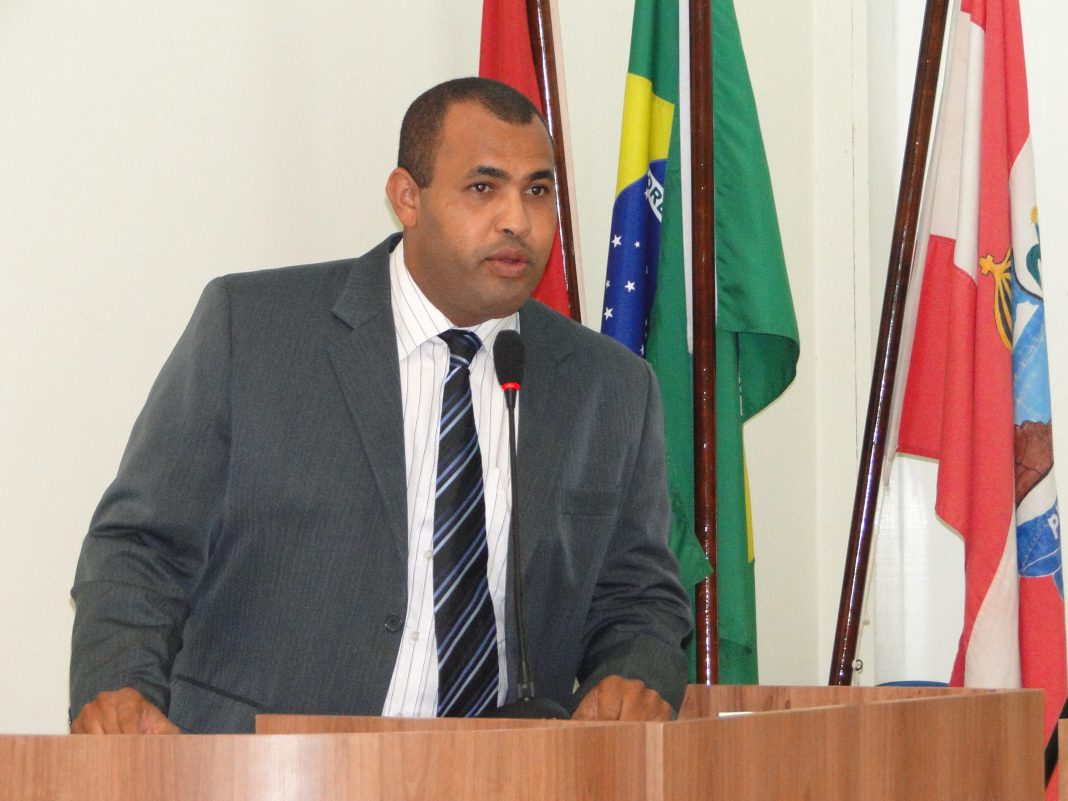 Vereador Derivan Thomaz na tribuna da Câmara Municipal de Penedo
